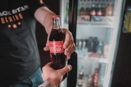 消費者重回餐廳!可口可樂碳酸飲料銷售強勁成長